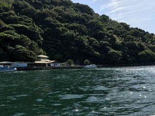 Ida para a ilha no barco do hotel