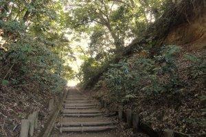 O Rekihaku está integrado num parque verde, no qual é muito agradável passear