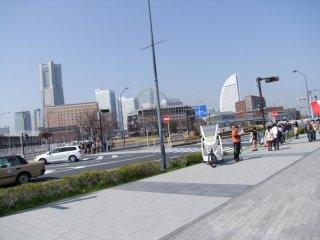 タクシーは、みなとみらい(遠くに見える)から中華街までベイエリア一円をカバーしている。