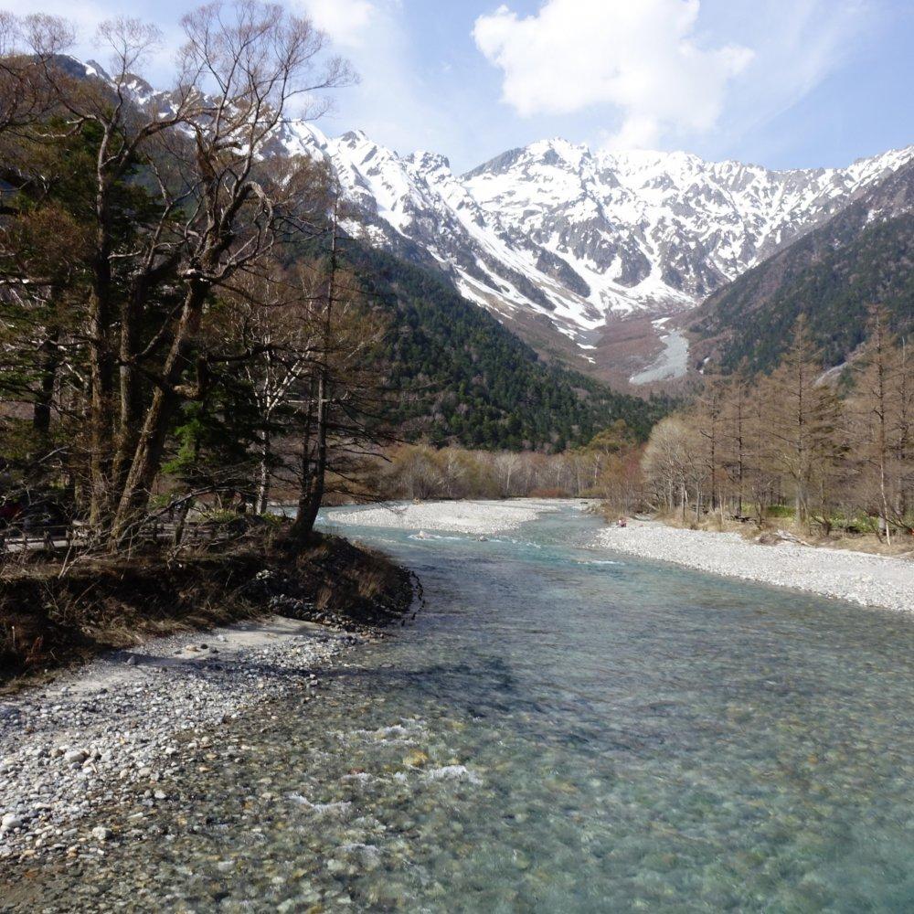 Асудза-гава протекает от гор Хида