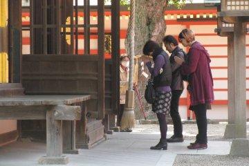 Японцы часто посещают храмы для молитвы