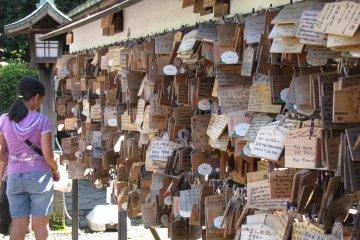 Желания и молитвы пишут на табличках и осталяют в храмах