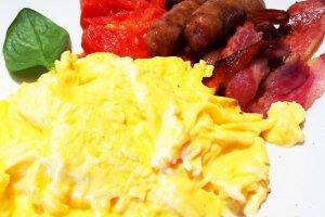 Full Aussie breakfast - scrambled organic eggs, toast, bacon, roast tomato, prok & fennel sausage, ¥1800