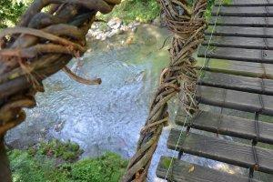 踏み板から下の渓流が見える