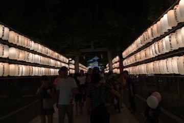 Фонари храма на праздник