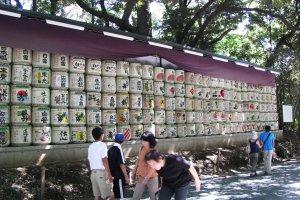 Стена из бочек саке