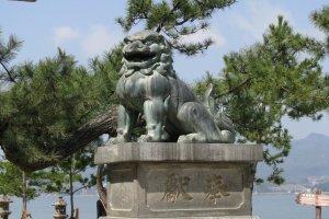 Комаину у входа в храм Ицукусима