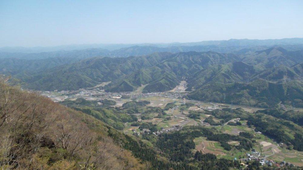มองลงไปยังฟุคุอิ-เค็น จากระยะความสูง 796 เมตร ระหว่างการปีนอะโอะบะ ซาน ทางเหนือของเกียวโต