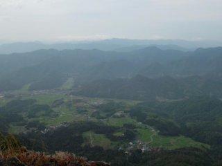 มองลงไปยังฟุคุอิ-เค็นประมาณช่วงเวลา 8.00น จากอะโอะบะ ซาน ทางเหนือของเกียวโต