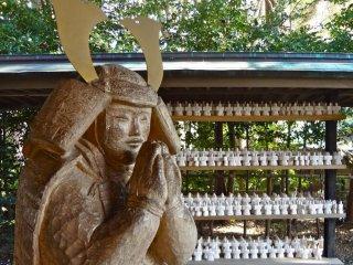 Bức tượng tạc gỗ đơn giản là biểu tượng của samurai hy sinh thân mình vì hoàng tử