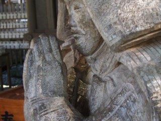 Bức tượng samurai nhìn gần. Đục dũa thô ráp nhưng có những chi tiết tuyệt vời