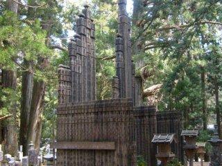 다른 모양과 크기로 만들어진 몇 천개의 무덤과 추모비들