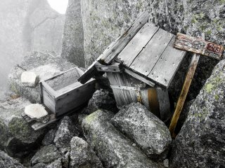 Towards the summit of this peak, I passed this small wooden prayer box