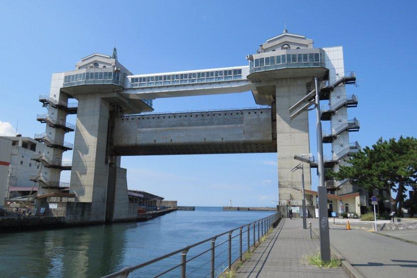 Вид со смотровой площадки порта Нумадзу на водяные ворота  \