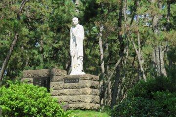 One of many historic Statues in Sonbonhama Park