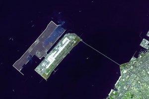 O aeroporto de Kansai foi construído sobre um aterro artificial e está ligado a terra firme por uma ponte para automóveis e comboio