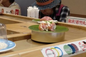 Delicioso sushi com topping de cebola, maionese e cebolinho, um dos mais populares neste restaurante