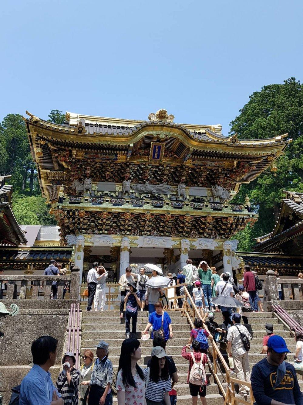 หนึ่งในหลายประตูอันงดงามของศาลเจ้าโทะโชะกุ (Toshogu)