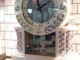 O Museu Prefeitural de Cerâmica de Kyushu é um dos melhores museus especializados em cerâmica de todo o Japão, tendo uma exposição muito detalhada e educativa, com legendas em inglês, e apresentando uma vasta e diversificada coleção. Surpreendentemente, este equipamento de tão boa qualidade é totalmente gratuito. Não significa isso que é pequeno ou mal cuidado, antes pelo contrário! Dispense pelo menos uma hora para a sua visita, e não perca a mostra do relógio festivo que se encontra perto da bilheteira, o qual toca a cada hora certa.