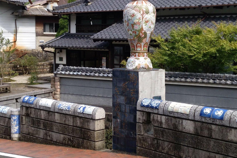 Grandes jarrões de porcelana adornam o espaço público