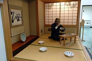 No piso superior do Centro de Informação Turística de Hasami pode ver uma recriação de um atelier de pintura em cerâmica com um robô humanóide que lhe explicará a vida de outros tempos
