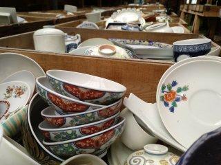 """As louças disponíveis para a """"caça"""" incluem as peças do Kouraku Kiln que não se venderam nos últimos 40 anos, por isso a maior parte das peças são edição limitada e não se encontram mais em produção. Algumas são clássicos e outras são já coleccionáveis."""