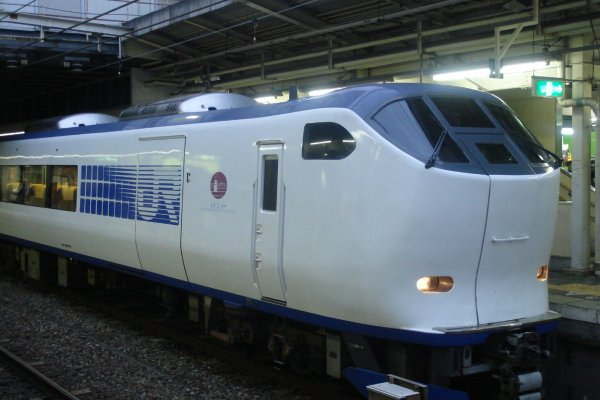 El tren Limited Express Haruka en la estación de Kioto con algunos trenes hacia Shiga
