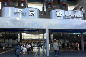 La sortie centrale de la gare JR de Kyoto