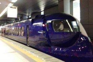 Para viajeros sin pase Japan Railway, puedes tomar el tren futurista Rapit desde el aeropuerto hacia Tengachaya por ¥300 si usas el boleto Kyoto Access