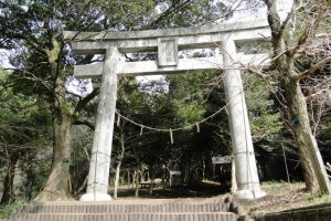 The torii gate that marks the entrance to the Mt Kimbo hiking path