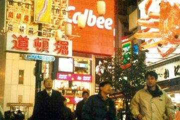 <p>ทักทายปูยักษ์ที่ร้านอาหารคานิ โดราคุที่โดตนโบริ</p>