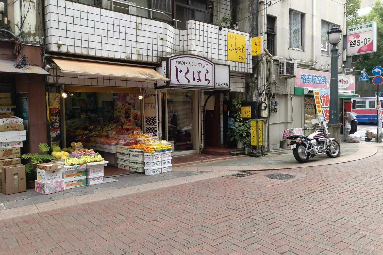 Prédios relativamente baixos e lojas abertas para a rua, com os legumes e as frutas expostas, são característicos do Tsukimachi. Aqui pode comprar fruta da época a metade do preço que está marcado nos hipermercados.