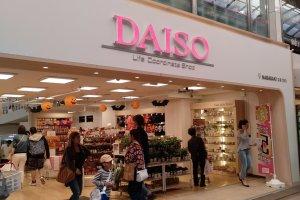 """Uma das maiores cadeias de lojas de 100 ienes é a """"Daiso"""". As lojas Daiso têm os pisos organizados por tipo de artigos (papelaria, lar, doces, etc.) e também têm artigos um pouco acima de 100 ienes, mas muito convenientes."""