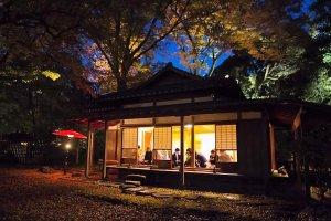 เรือนน้ำชาของสวนมีให้บริการชาเขียวชุดละ 510 เยน