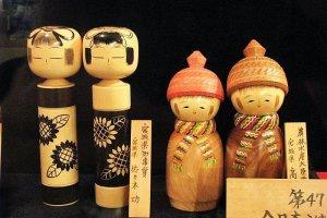 ตุ๊กตาโคะเคะชิ (Kokeshi) ตุ๊กตาไม้โบราณ