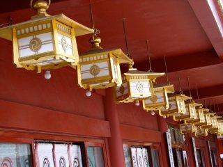 사원의 대부분은 지진과 화재 때문에 재건축되었다