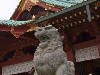 多くの神社では、このように恐ろしげな石像が悪霊を追い払っている