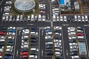 Exemplo de parque de estacionamento. Todos os carros estacionados de marcha atrás!