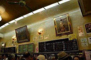 店内。大衆居酒屋なのに絵が飾ってあったりするところに文化を感じる