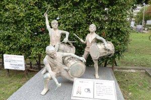Nas ruas que dão acesso ao Museu pode ver estátuas de crianças a tocar tambores alegremente. Mais tarde ficará com uma melhor ideia do que significam estes tambores.