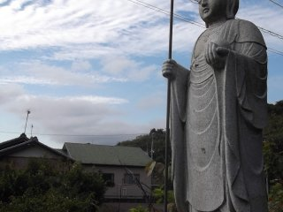 A Buddhist statue at the roadside by the hill