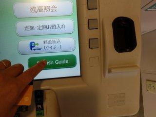 """Ao aproximar-se da máquina irá ouvir """"Irasshaimase"""" (saudação dada aos clientes). Não se incomode com isso, pode sempre escolher ouvir e ler as instruções em inglês."""