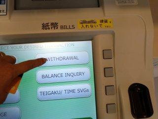 """Para fazer o levantamento de dinheiro selecione """"withdrawal"""". Use um cartão de débito que tenha VISA escrito. Não necessita de usar cartão de crédito se não quiser"""
