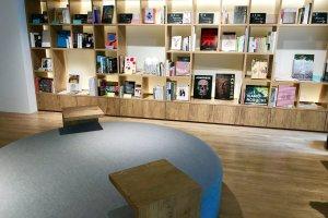 Anda bisa membaca buku yang ada di ruang bersama pusat informasi