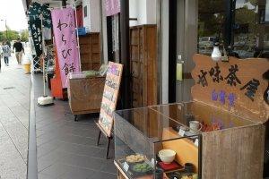 菓匠白鷺堂本舗 é o nome do estabelecimento. Irá reconhecê-lo pelas bandeiras cor-de-rosa.