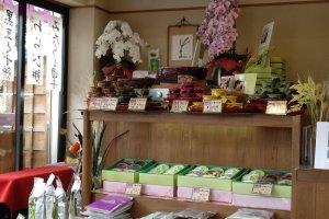 A loja está decorada com flores da época e exibe os produtos em venda: chás e doces