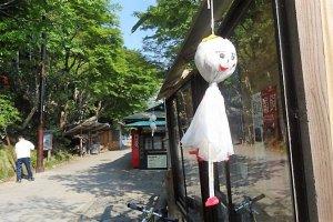 ตุ๊กตาเทะรุ เทะรุ โบะซุ (Teru Teru Bozu) ตุ๊กตาผีน้อยที่ทำขึ้นได้ง่ายๆ เพียงแค่แผ่นกระดาษ หรือผ้าสีขาว เชือก และสำลี
