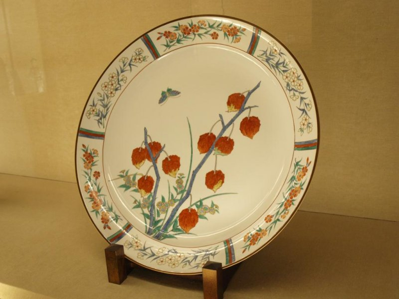 <p>A Kakiemon plate with beautifully painted flowers</p>