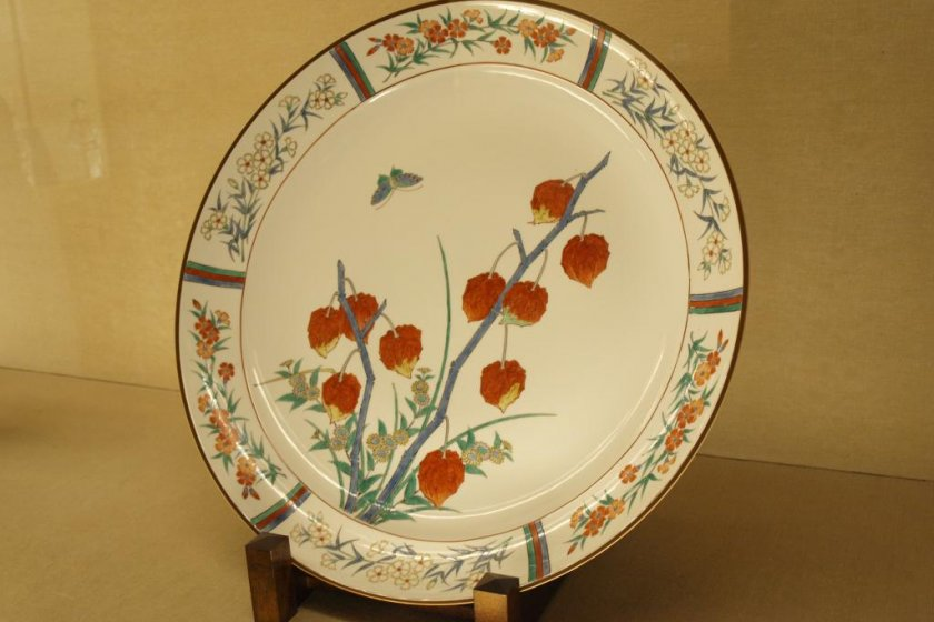 A Kakiemon plate with beautifully painted flowers