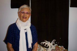 """""""Shihoko aponta para o quimono de seda negra. 'Este  modelo é um kurotomesode, é usado pela mãe da  noiva'. O kurotomesode é um género de houmongi, um modelo que é usado por mulheres  solteiras ou casadas com mais de 20 anos, e cujos desenhos são estampados apenas abaixo dos  joelhos e no final das mangas""""."""